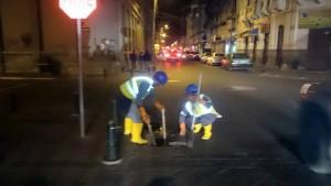 Trabajadores limpiando sumideros
