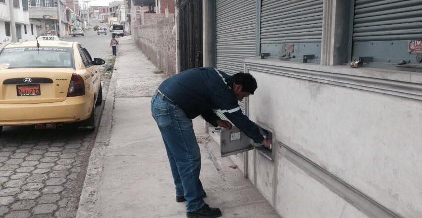 Trabajador verificando medidor